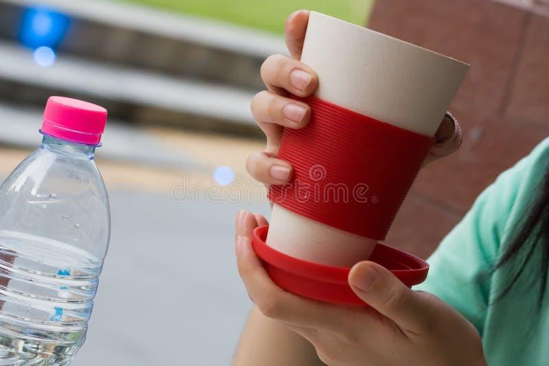 Ψηλά φλυτζάνι και μπουκάλι στοκ εικόνες με δικαίωμα ελεύθερης χρήσης