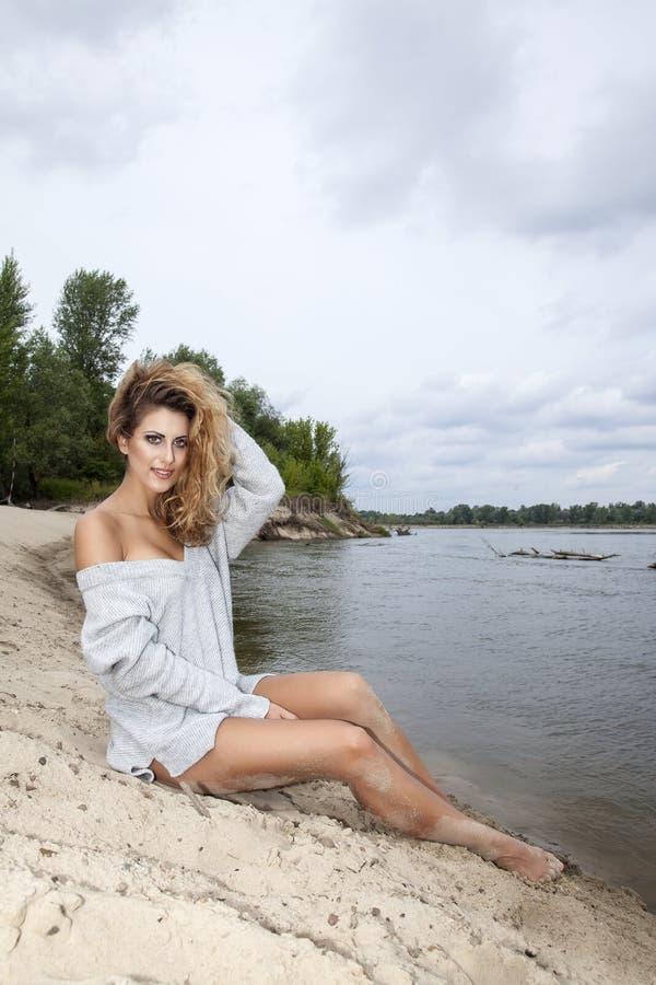 ψηλή γυναίκα αποθεμάτων φωτογραφιών brunette παραλιών όμορφη στοκ φωτογραφίες