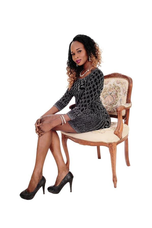 Ψηλή νέα γυναικεία συνεδρίαση στην πολυθρόνα στοκ φωτογραφία με δικαίωμα ελεύθερης χρήσης