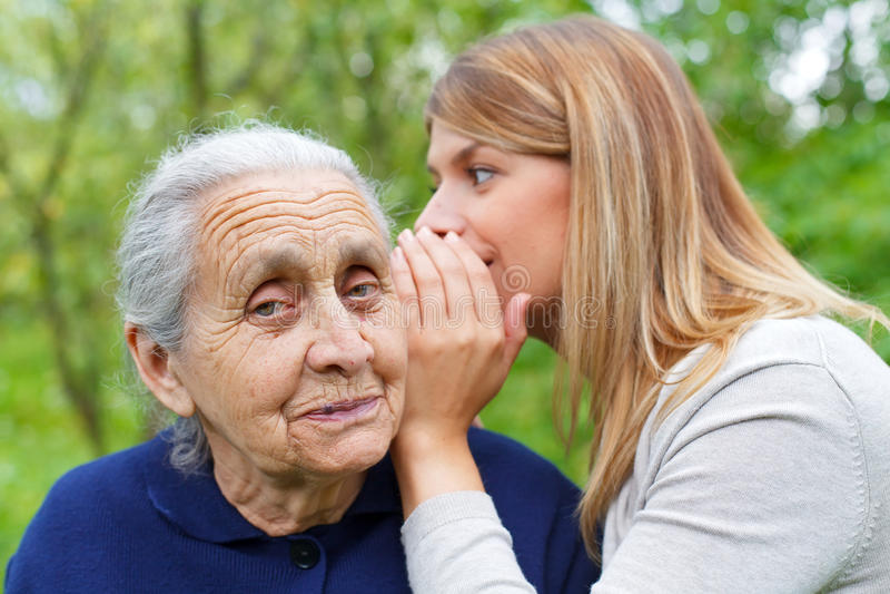Ψιθύρισμα ενός μυστικού στο grandma& x27 αυτί του s στοκ εικόνα