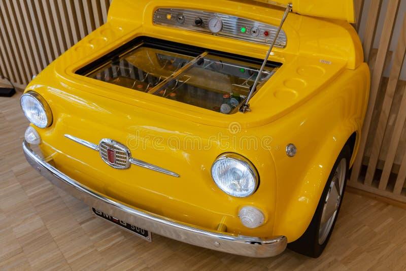 Ψυγείο Smeg στο σώμα της εκλεκτής ποιότητας Φίατ 500 στοκ φωτογραφίες