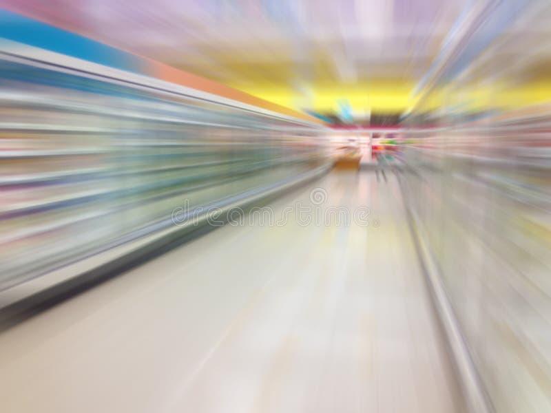 Ψυκτήρας και ράφια παγωμένων τροφίμων γιαουρτιού γάλακτος διαδρόμων στην υπεραγορά στοκ φωτογραφίες με δικαίωμα ελεύθερης χρήσης