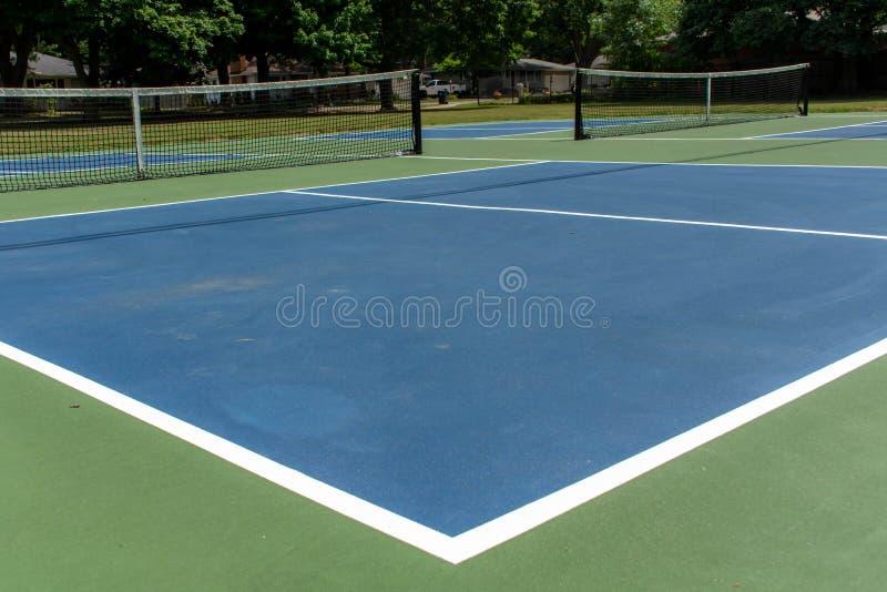 Ψυχαγωγικός αθλητισμός του δικαστηρίου pickleball στο Μίτσιγκαν, ΗΠΑ που εξετάζει ένα κενό μπλε και πράσινο νέο δικαστήριο σε ένα στοκ εικόνες