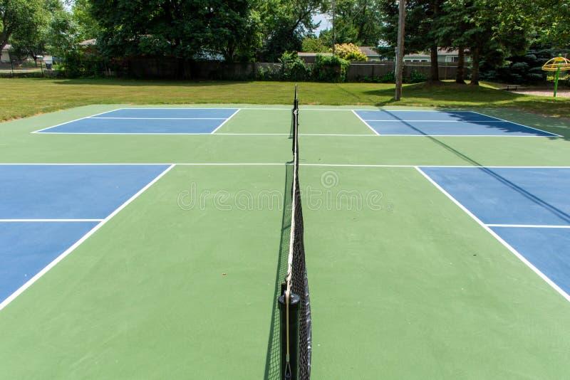 Ψυχαγωγικός αθλητισμός του δικαστηρίου pickleball στο Μίτσιγκαν, ΗΠΑ που εξετάζει ένα κενό μπλε και πράσινο νέο δικαστήριο σε ένα στοκ εικόνα με δικαίωμα ελεύθερης χρήσης
