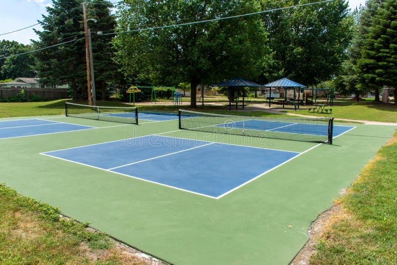 Ψυχαγωγικός αθλητισμός του δικαστηρίου pickleball στο Μίτσιγκαν, ΗΠΑ που εξετάζει ένα κενό μπλε και πράσινο νέο δικαστήριο σε ένα στοκ φωτογραφία με δικαίωμα ελεύθερης χρήσης