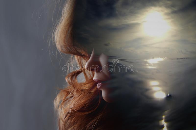 Ψυχανάλυση και περισυλλογή, έννοια Σχεδιάγραμμα μιας νέων γυναίκας και ενός ηλιοβασιλέματος πέρα από τον ωκεανό, την ηρεμία και τ στοκ εικόνες