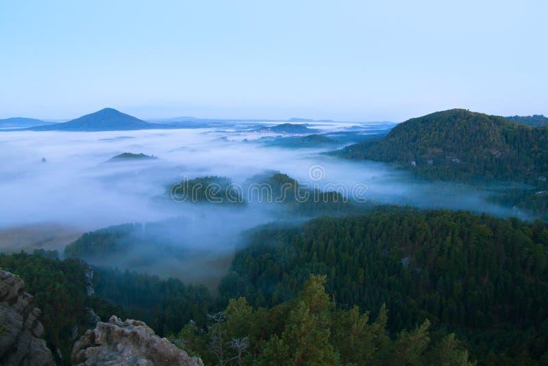 Ψυχρή ατμόσφαιρα πτώσης στην επαρχία Κρύο και υγρό πρωί φθινοπώρου, η ομίχλη κινείται στην κοιλάδα μεταξύ των λόφων στοκ εικόνες