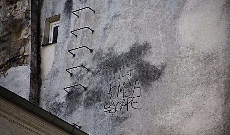 Ψυχρός, κατασκευασμένος, βρώμικος τοίχος με τη σκάλα και παράθυρο στοκ φωτογραφίες