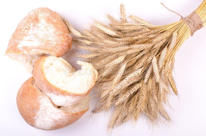 Ψωμί αρτοποιείων με sheaf των αυτιών σίτου στο λευκό στοκ φωτογραφία