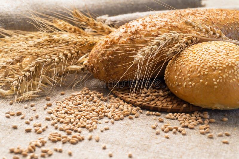 Ψωμί, αυτιά και σιτάρι σίτου sackcloth στοκ εικόνες