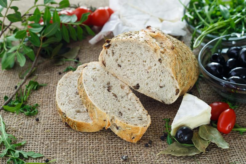 Ψωμί ελιών με τα χορτάρια και τα λαχανικά στοκ εικόνα