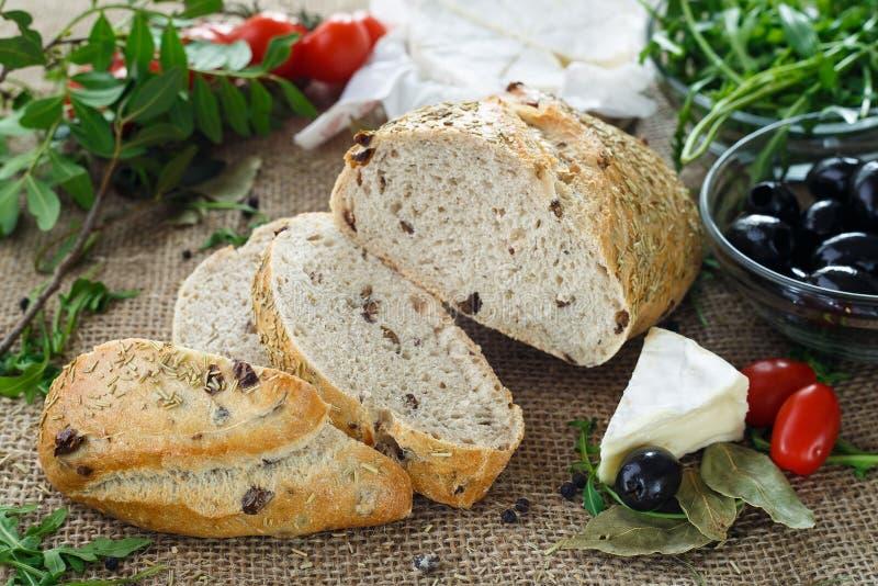 Ψωμί ελιών με τα χορτάρια και τα λαχανικά στοκ εικόνες με δικαίωμα ελεύθερης χρήσης