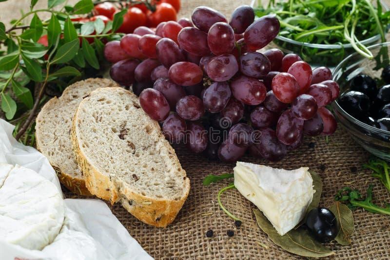 Ψωμί ελιών με τα χορτάρια και τα λαχανικά στοκ εικόνες