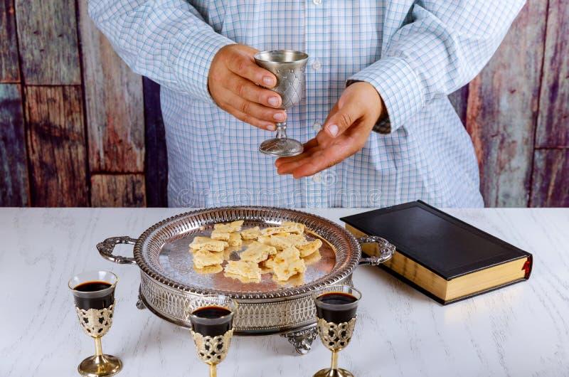 Ψωμί, κρασί και Βίβλος για την κοινωνία μυστηρίου, προσευχή για το κρασί στοκ φωτογραφίες με δικαίωμα ελεύθερης χρήσης