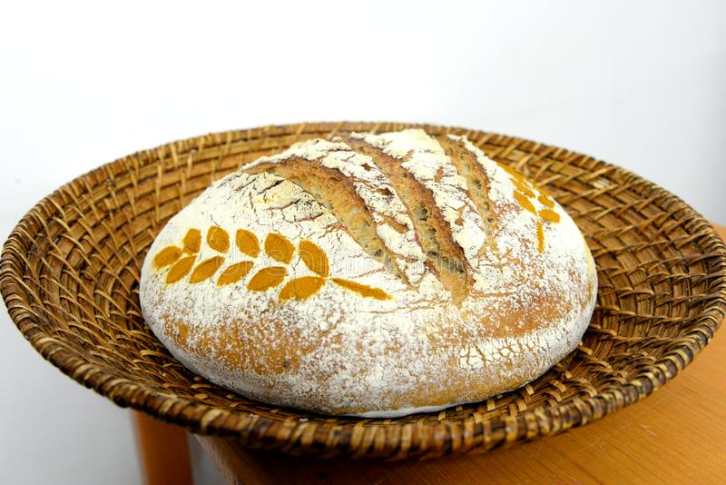 Ψωμί μαγιάς που διακοσμείται με το καρύκευμα σίτου σε ένα καλάθι στοκ εικόνα με δικαίωμα ελεύθερης χρήσης