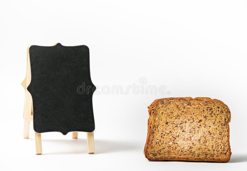 Ψωμί με πρωτεΐνη καταλληλότητας και κενή επιφάνεια κιμωλίας σε λευκό φόντο στοκ εικόνα