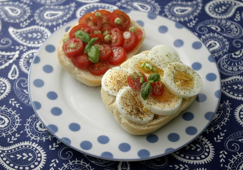 Ψωμί με τα αυγά και τις ντομάτες στοκ φωτογραφία με δικαίωμα ελεύθερης χρήσης