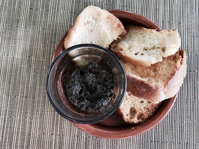 Ψωμί με τη σάλτσα ελιών στοκ φωτογραφίες με δικαίωμα ελεύθερης χρήσης