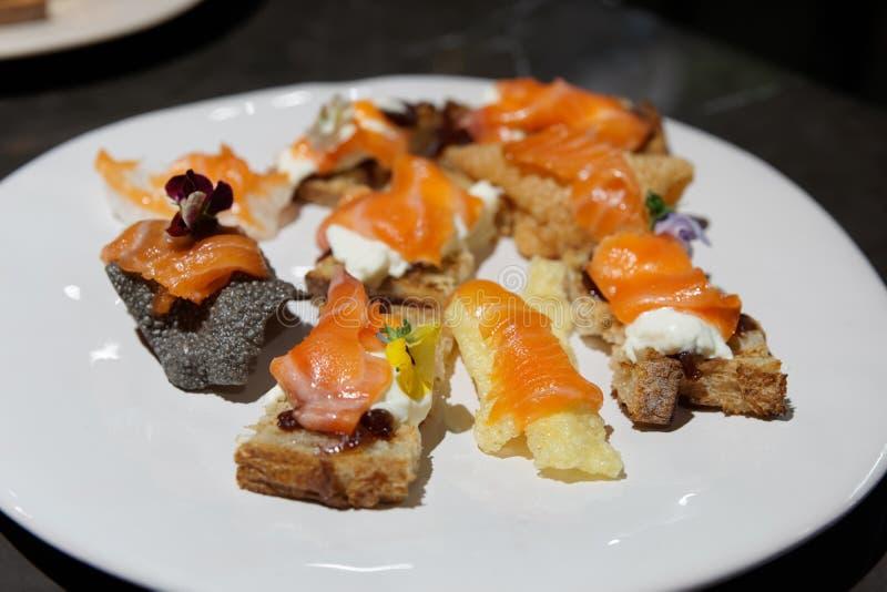 Ψωμί με το σολομό - μικρά πρόχειρα φαγητά στοκ εικόνα