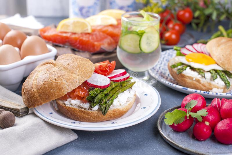 Ψωμί με το τυρί, το σολομό και το σπαράγγι Διαφορετική υγιής κατανάλωση Εύγευστο πρόγευμα για την οικογένεια Τρόφιμα στις Κάτω Χώ στοκ φωτογραφίες με δικαίωμα ελεύθερης χρήσης