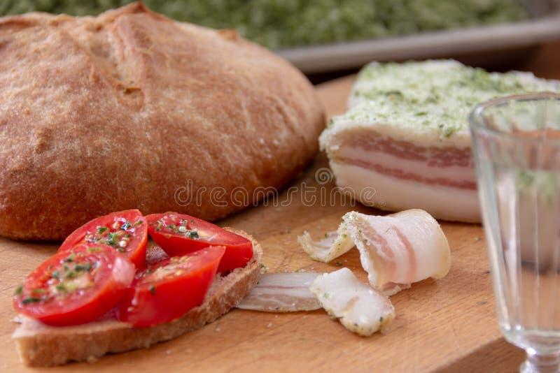 Ψωμί, ντομάτες και αλατισμένο λαρδί στοκ εικόνες
