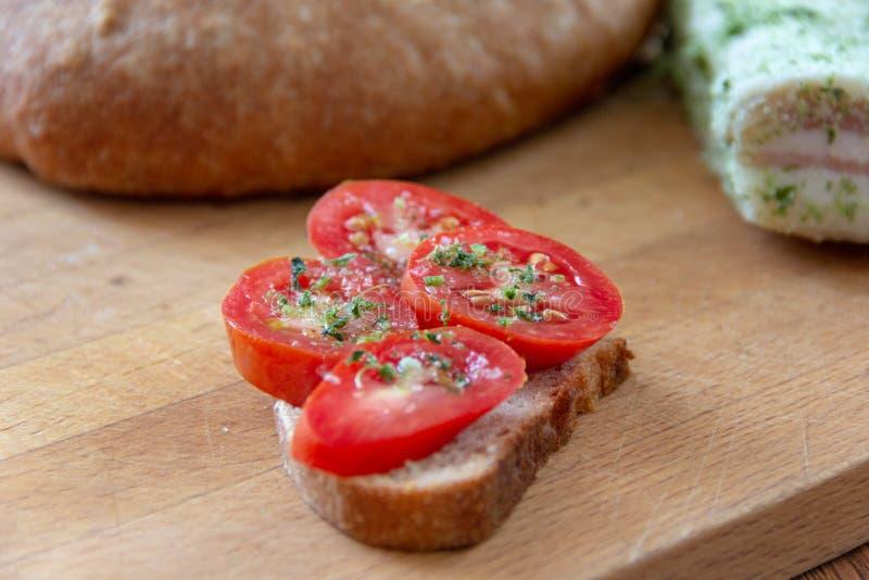 Ψωμί, ντομάτες και αλατισμένο λαρδί στοκ εικόνες με δικαίωμα ελεύθερης χρήσης