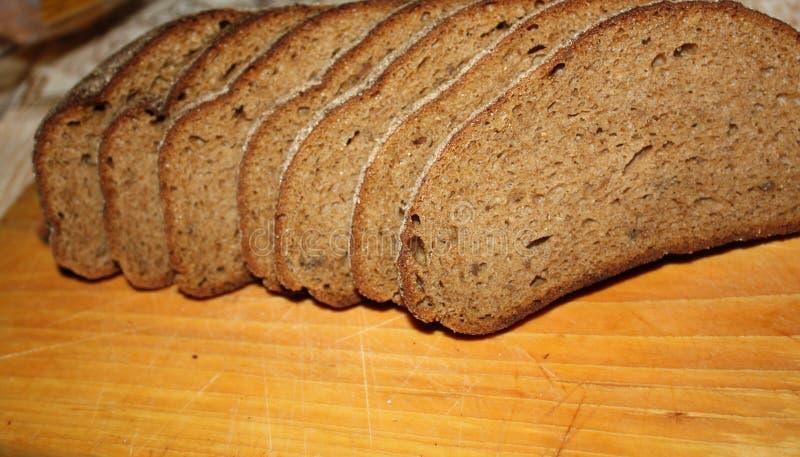 ψωμί που τεμαχίζεται μαύρ&omicro στοκ εικόνες