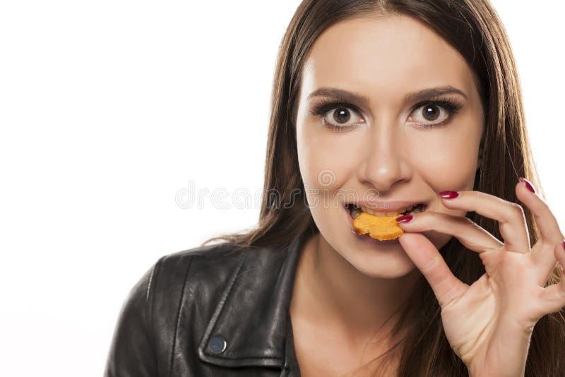 ψωμί που τρώει τη γυναίκα λαχανικών πρόχειρων φαγητών προσώπων ζαμπόν καρπών εστίασης αυγών κ στοκ φωτογραφία με δικαίωμα ελεύθερης χρήσης