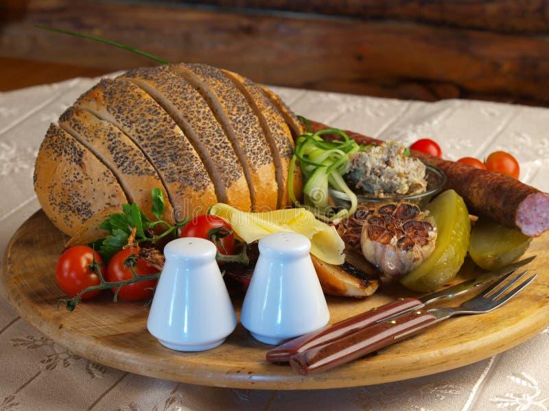 ψωμί που ψήνεται στη σχάρα στοκ εικόνες