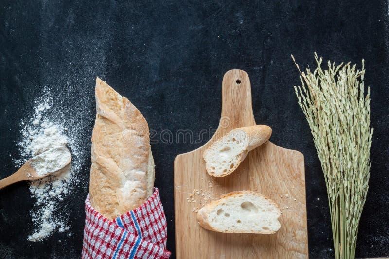 Ψωμί, σίτος και αλεύρι στο μαύρο υπόβαθρο αρτοποιείων πινάκων κιμωλίας στοκ εικόνα