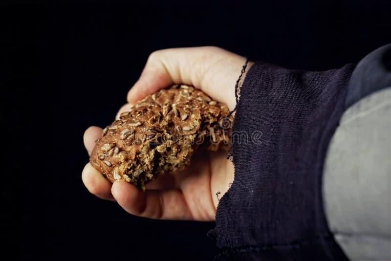 Ψωμί σε ένα χέρι στοκ εικόνα