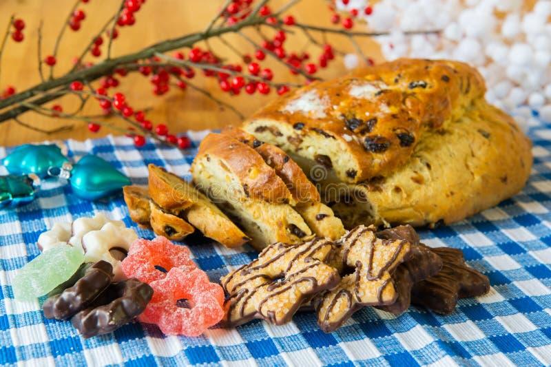 Ψωμί σταφίδων με τη συρραφή αμυγδάλων και άλλα γλυκά τρόφιμα στοκ εικόνες