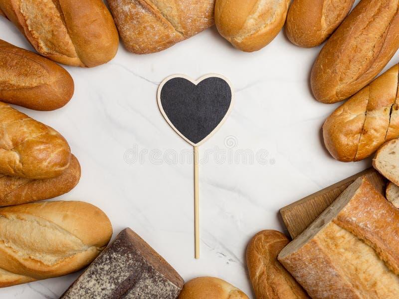 Ψωμί στα σύνορα στο άσπρο υπόβαθρο με την καρδιά στο κέντρο στοκ εικόνα με δικαίωμα ελεύθερης χρήσης