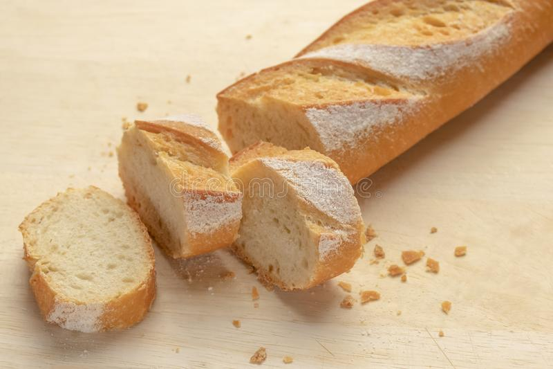 Ψωμί Φρέσκο τραγανό baguette Σε έναν ξύλινο πίνακα στοκ φωτογραφία