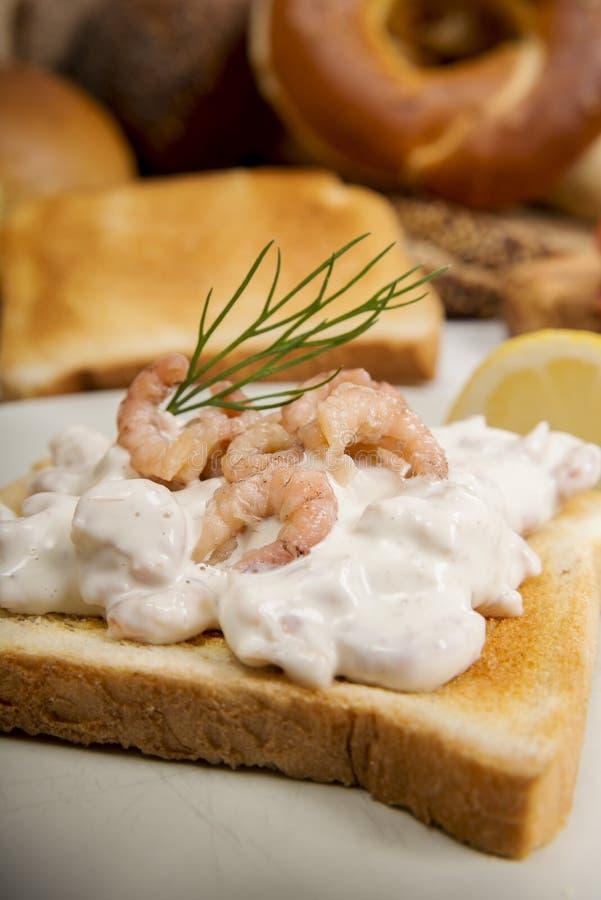 Ψωμί φρυγανιάς με τη σαλάτα, τον άνηθο και το λεμόνι γαρίδων στοκ εικόνες
