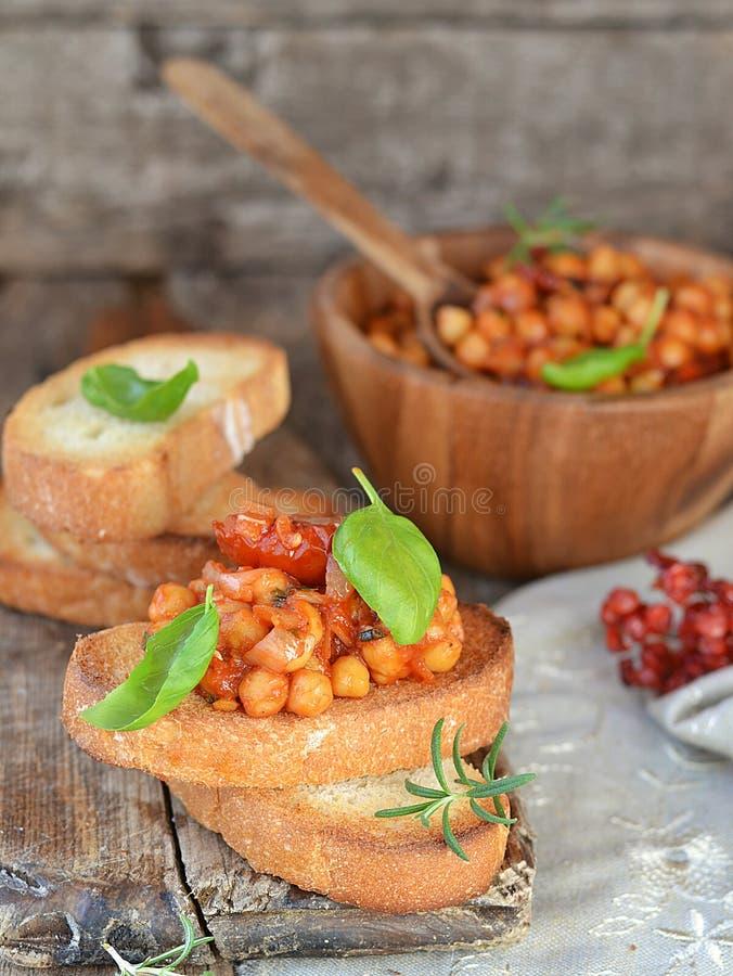 Ψωμί φρυγανιάς με chickpeas στοκ φωτογραφία με δικαίωμα ελεύθερης χρήσης