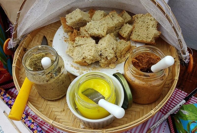 Ψωμιά και τρεις vegan κόλλες στοκ εικόνα με δικαίωμα ελεύθερης χρήσης