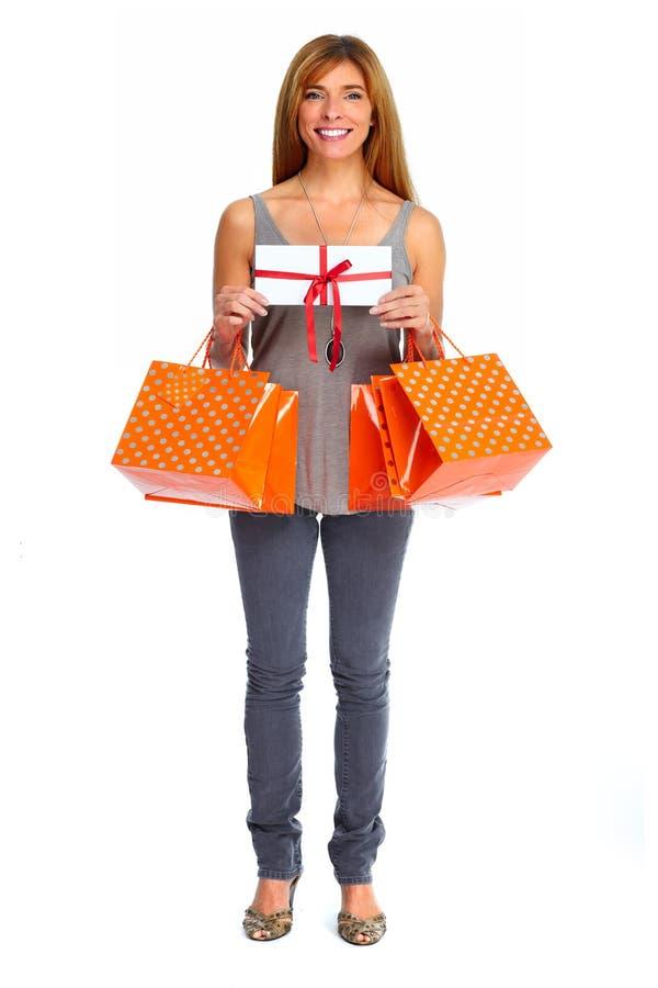 Ψωνίζοντας γυναίκα με το φάκελο και τα δώρα στοκ φωτογραφίες