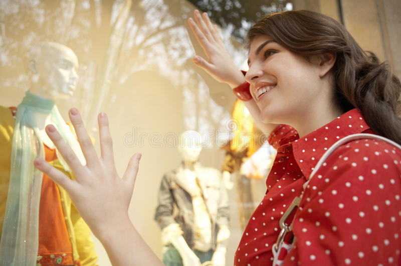 ψωνίζοντας γυναίκα παραθύρων στοκ φωτογραφίες με δικαίωμα ελεύθερης χρήσης