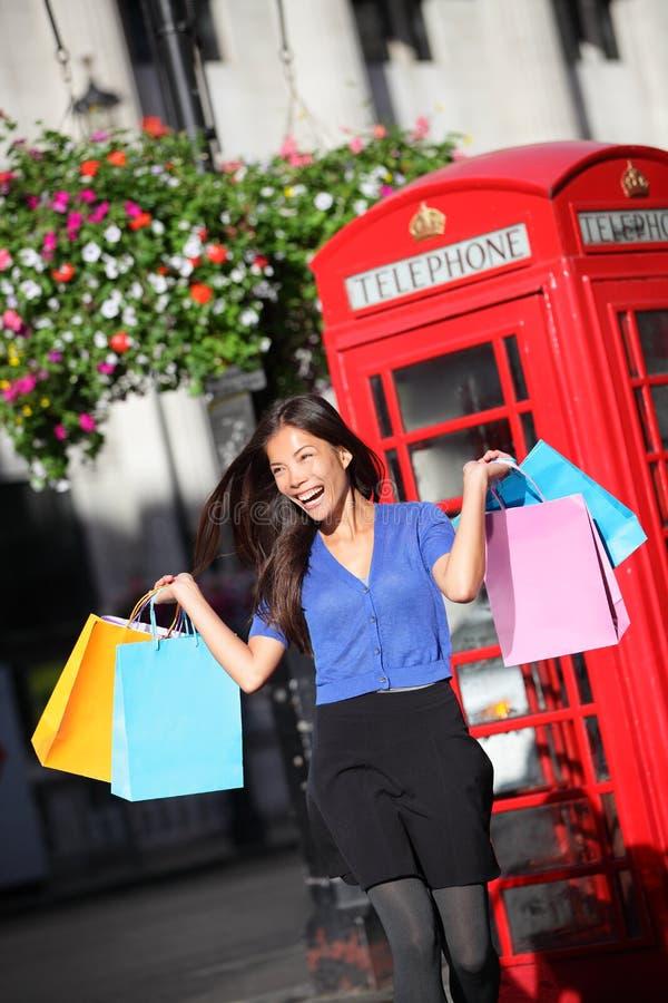 Ψωνίζοντας γυναίκα του Λονδίνου ευτυχής στοκ φωτογραφίες με δικαίωμα ελεύθερης χρήσης