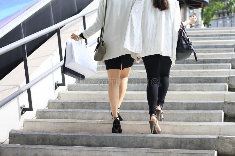 Ψωνίζοντας εραστής, γυναίκες που κρατά τις τσάντες αγορών στην οδό στοκ φωτογραφία