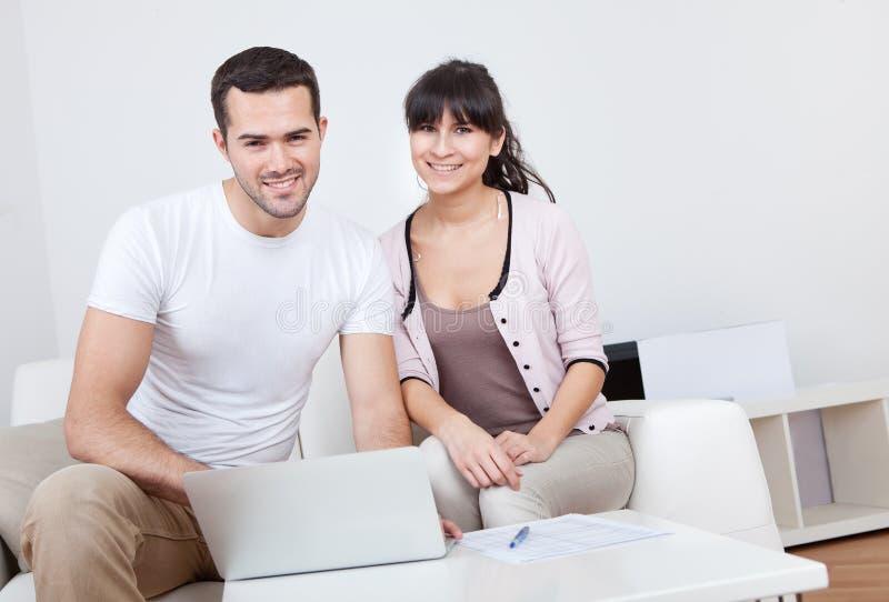 ψωνίζοντας νεολαίες Διαδικτύου ζευγών στοκ εικόνα