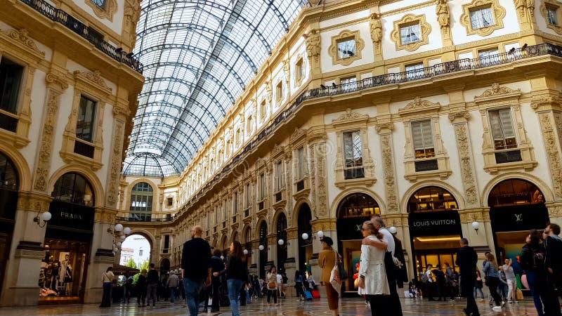 Ψωνίζοντας πελάτες λεωφόρων σε Galleria Vittorio Emanuele, τουρισμός, αρχιτεκτονική στοκ φωτογραφία με δικαίωμα ελεύθερης χρήσης