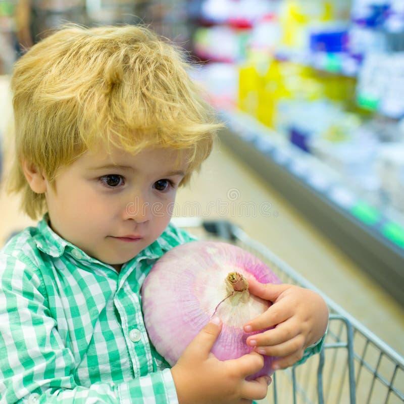 Ψώνια ε ριαιδιά στο κατάστηα Μικρό αγοράκι στο σούπερ μάρκετ Κοινές αγορές σε σούπερ μάρκετ με παιδί Χαριτωμένο στοκ φωτογραφίες
