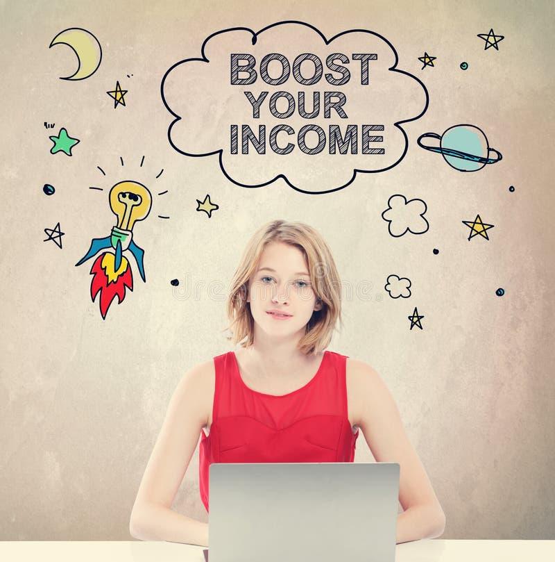 Ωθήστε την εισοδηματική έννοιά σας με τη γυναίκα που εργάζεται στο lap-top στοκ εικόνα με δικαίωμα ελεύθερης χρήσης