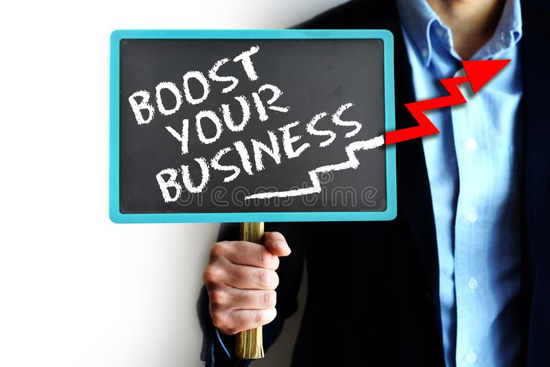 Ωθήστε την επιχειρησιακή έννοιά σας με τον πίνακα κιμωλίας εκμετάλλευσης επιχειρηματιών με το βέλος πρός τα πάνω στοκ φωτογραφία