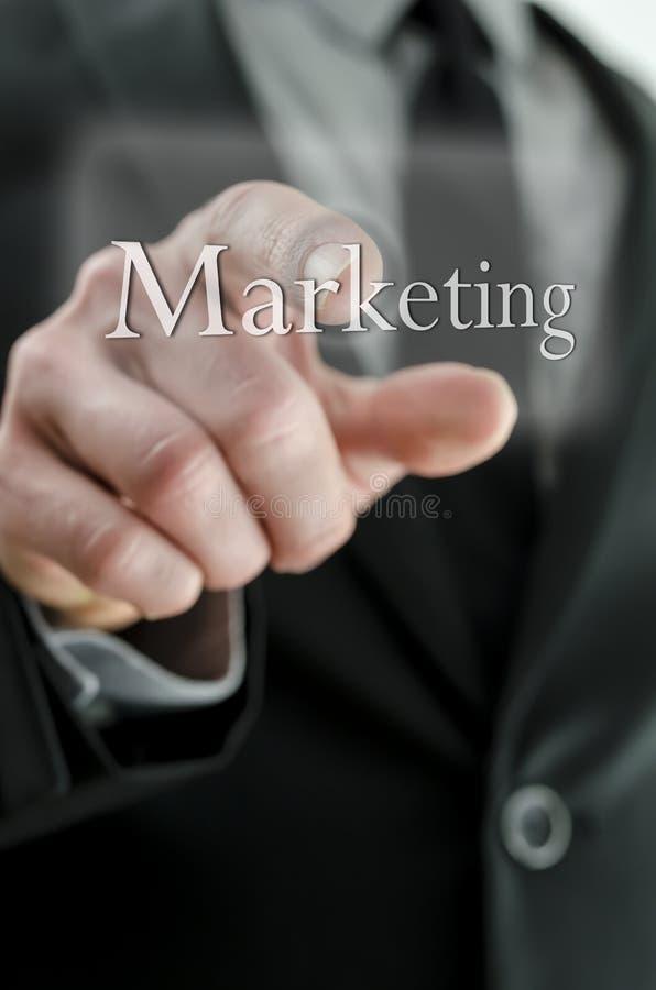 Ωθώντας κουμπί μάρκετινγκ επιχειρηματιών σε μια διεπαφή οθόνης αφής στοκ φωτογραφία με δικαίωμα ελεύθερης χρήσης