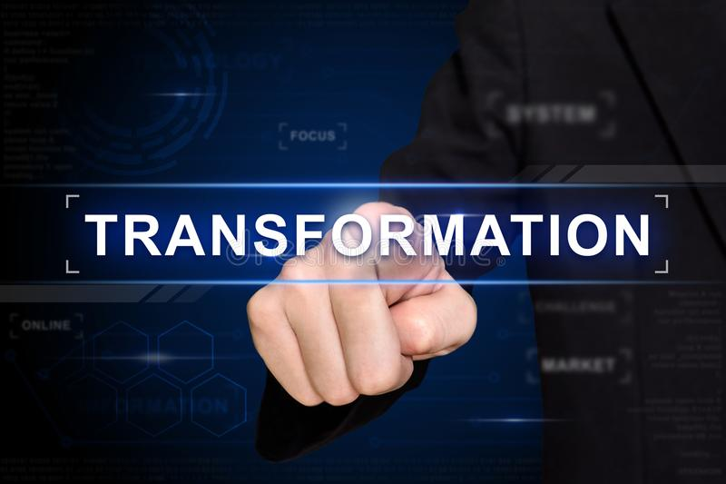 Ωθώντας κουμπί μετασχηματισμού επιχειρησιακών χεριών στην εικονική οθόνη στοκ εικόνα