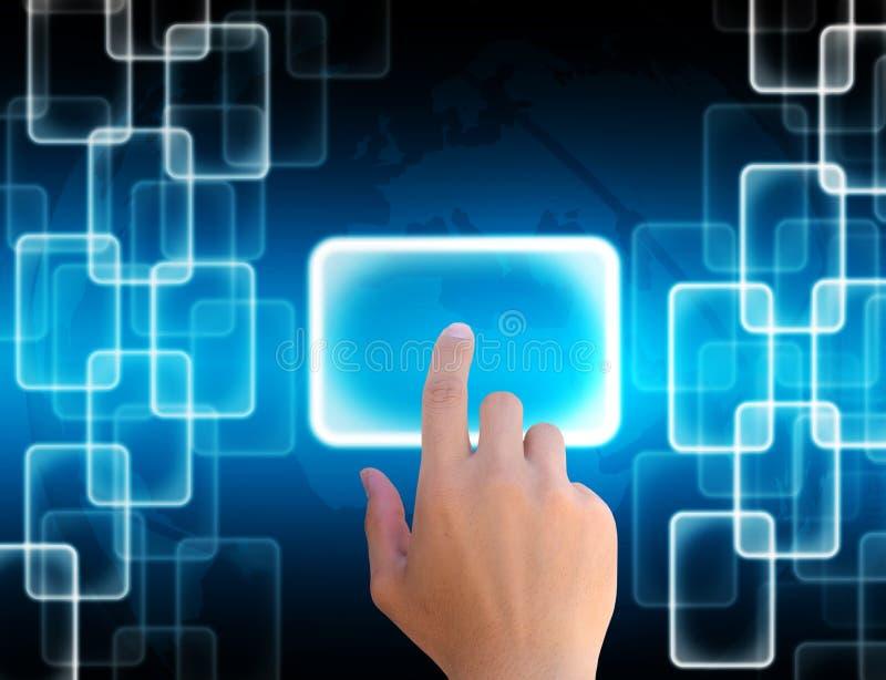 Ωθώντας κουμπί χεριών επιχειρηματιών σε μια οθόνη αφής ελεύθερη απεικόνιση δικαιώματος