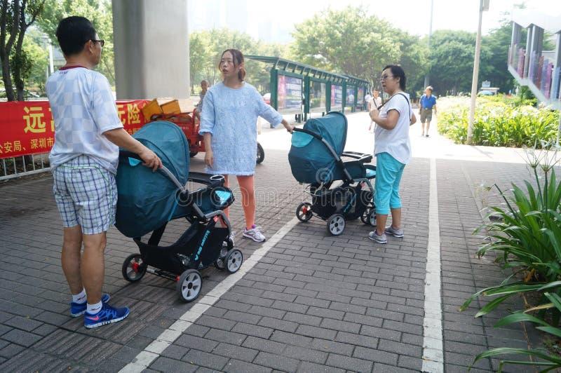 Ωθώντας μεταφορές μωρών στο πεζοδρόμιο σε Shenzhen, Κίνα στοκ φωτογραφία με δικαίωμα ελεύθερης χρήσης